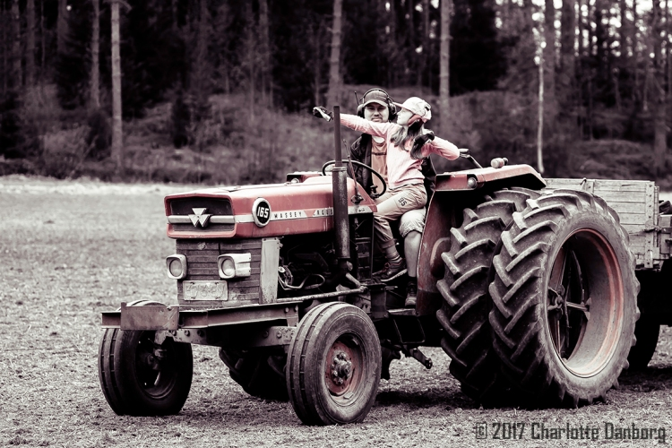 ElliJuhaPosing_TractorField