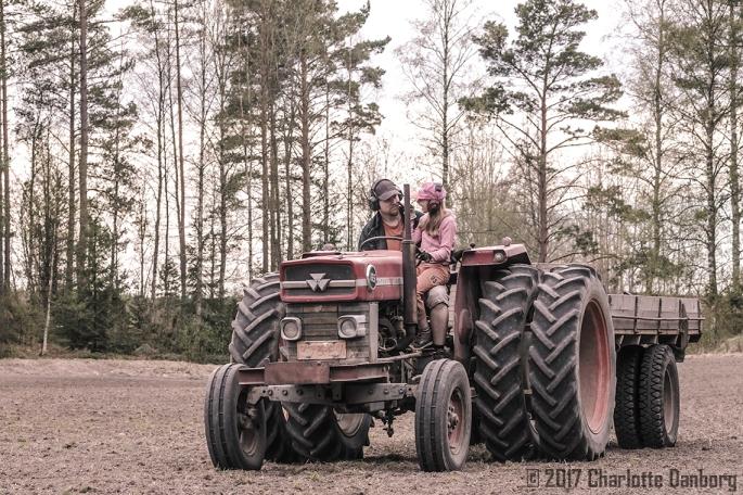 ElliJuhaTalking_TractorField