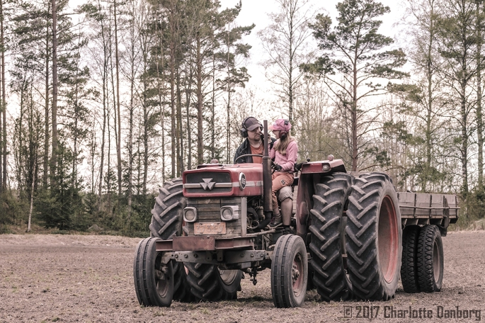 ElliJuhaTalking_TractorField